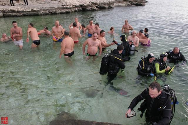 Tridesetak novogodišnjih plivača