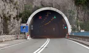 Led s prikolice kamiona oštetio kombi u Tunelu Učka, policija traga za vozačem