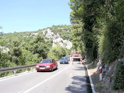 Vatrogasci na cesti za Rabac čuvali zgarište
