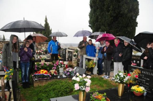 Učenici raške osnovne škole položili vijenac na grob Ivana Batelića – Mate