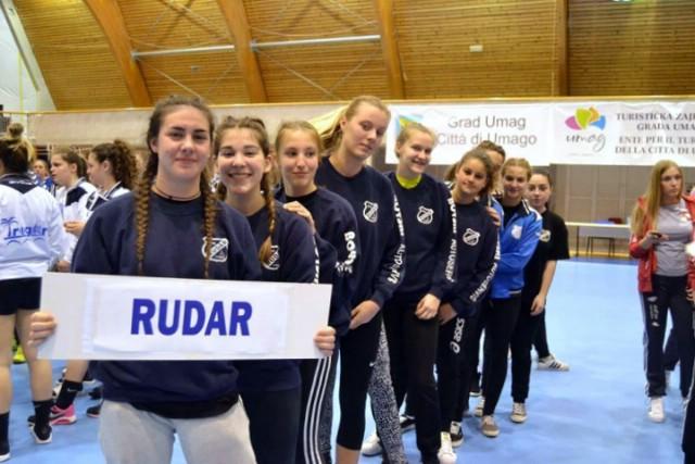 Mlađe kadetkinje Ženskog rukometnog kluba Rudar prvakinje Istre