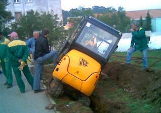 (Vijest od 11.10.)Mini bager labinskim radnicima otklizao u kanal