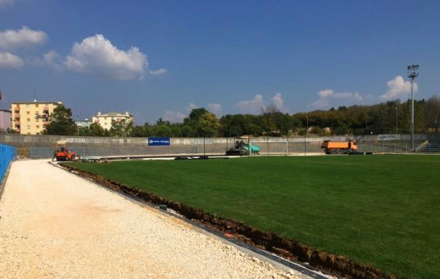 Počelo asfaltiranje atletske staze na Gradskom stadionu