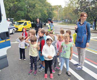 POLICIJA I HAK UČE LABINSKE MALIŠANE PONAŠANJU U PROMETU - Djeca učila sigurno prelaziti cestu