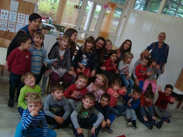 """U Dječjem vrtiću """"Pjerina Verbanac"""" labinski srednjoškolci organizirali akciju """"Čitamo 100 na sat"""""""