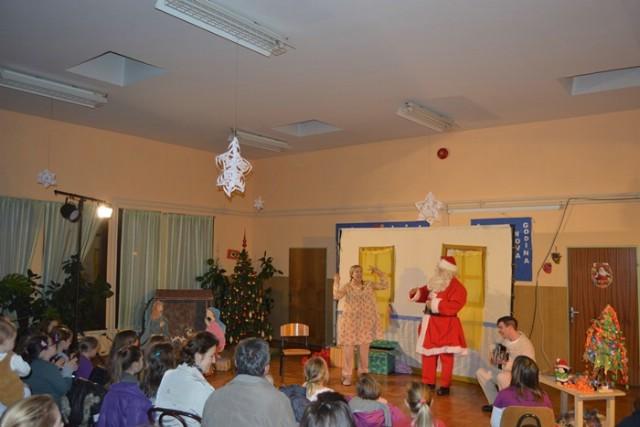 Najmlađi oduševljeni predstavom `Božićna bajkovnica` u Vozilićima