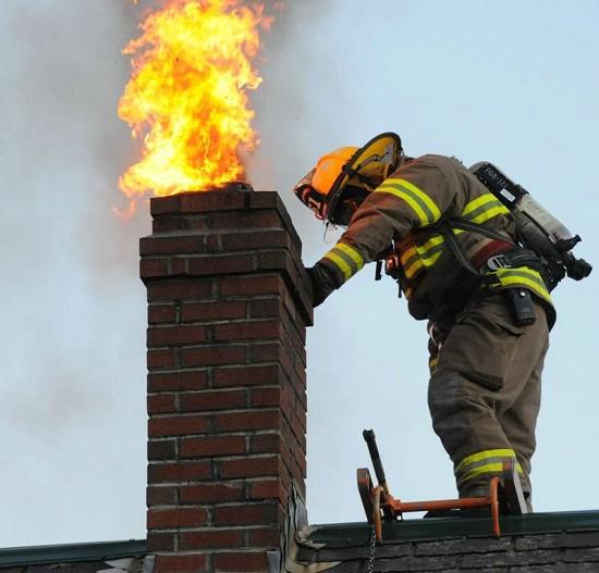 Labinski vatrogasci sinoć gasili požar na dimnjaku u Potpićnu