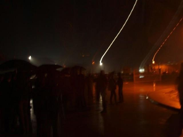"""Narod spontano krenuo na Rockwool: Ogorčeni mještani po kiši i noći još jedno poručuju """"Dole Rockwool"""" (VIDEO)"""