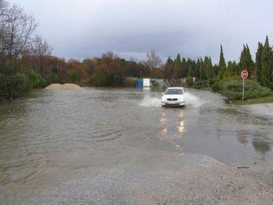 Poplavljena cesta kod labinskog groblja