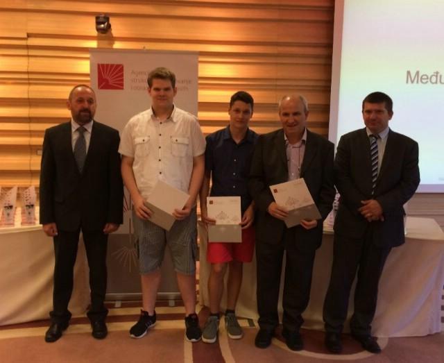 Fran Diminić i Antonio Korša sa mentorom Ivicom Komadinom na promociji najuspješnijih u strukovnim disciplinama