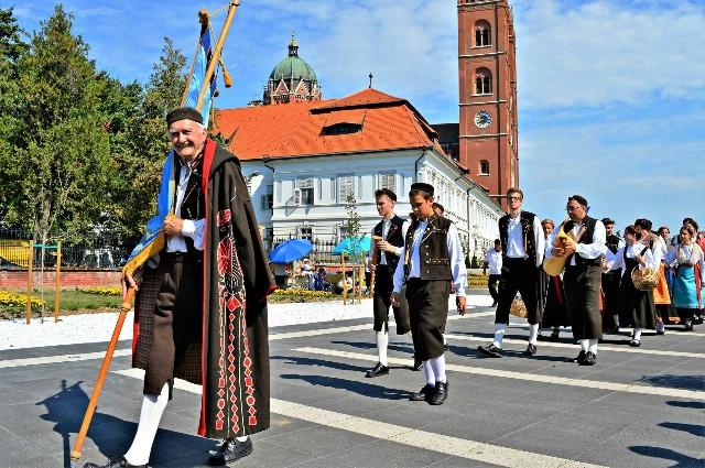 """Članovi KUD-a """"Ivan Fonović Zlatela"""" iz Kršana predstavljali su Istarsku županiju na 51. Đakovačkim vezovima"""