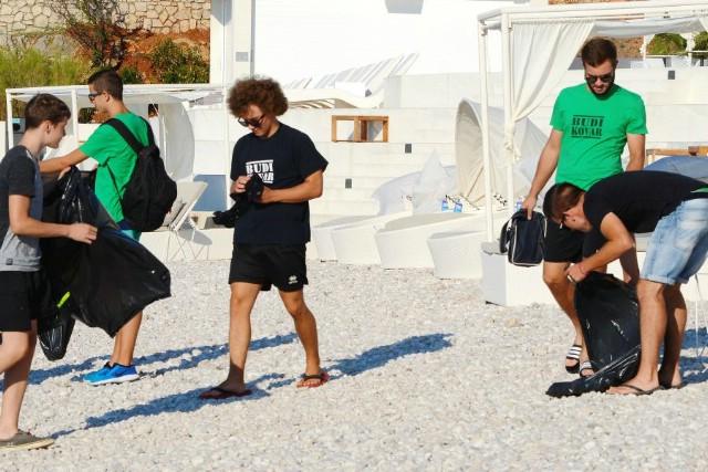 """U sklopu Valamarovog projekta """"Volimo Jadransko more"""" članovi rukometnog kluba """"Mladi rudar"""" čistili plaže"""