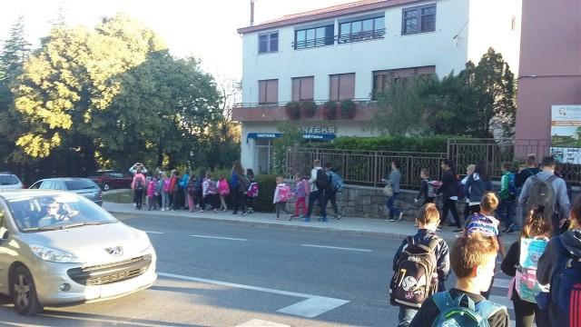 Hodajućim autobusom do škole