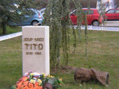 U Labinu srušeno Titovo poprsje
