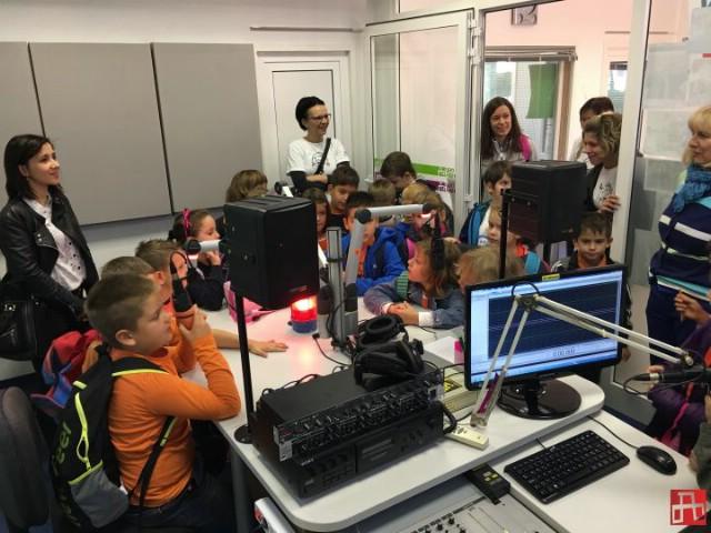 Prvašići Osnovne škole Vladimira Nazora iz Potpićna posjetili Radio Labin