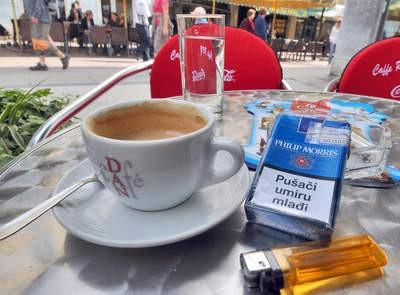 Prvi dan zabrane pušenja na javnim mjestima u Labinu: Na jutarnju kavu s tisuću kuna pod pepeljarom