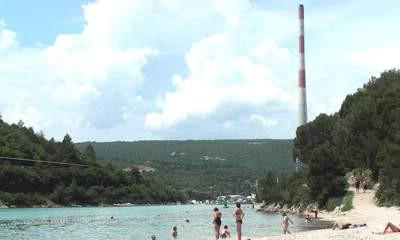 Istarska kopakabana: Kupanje u sjeni plominskih dimnjaka