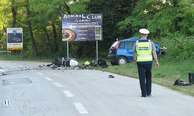 U izravnom sudaru smrtno stradao motociklist Drago Desančić (30)  iz Labina, vozač automobila teško ozlijeđen