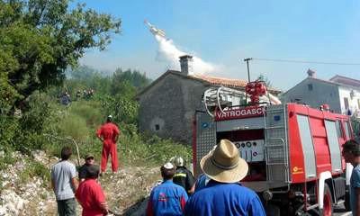 Požar u raškom zaljevu lokaliziran sa četrdeset vatrogasaca i dva kanadera - Gorjele šuma i makija iznad Viškovića