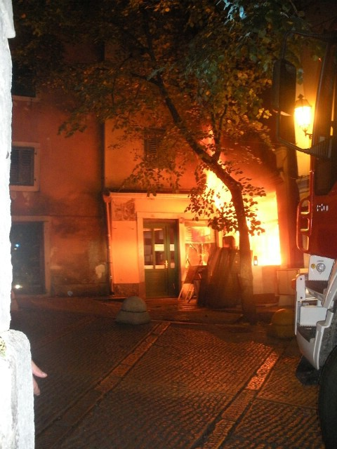 Požar u Labinu buknuo zbog petrolejske lampe - podnesena kaznena prijava protiv korisnika stana, a oštećene i okolne nekretnine