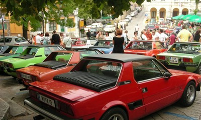 Oldtajmeri zaposjeli labinski trg - parada ponosnih vlasnika Fiata Bertone