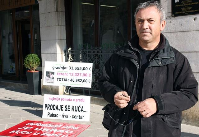 """Kiršić prosvjedovao pred butikom Kajinove supruge: """"Riješi bandu lopovsku prvo u Istri i IDS-u"""""""