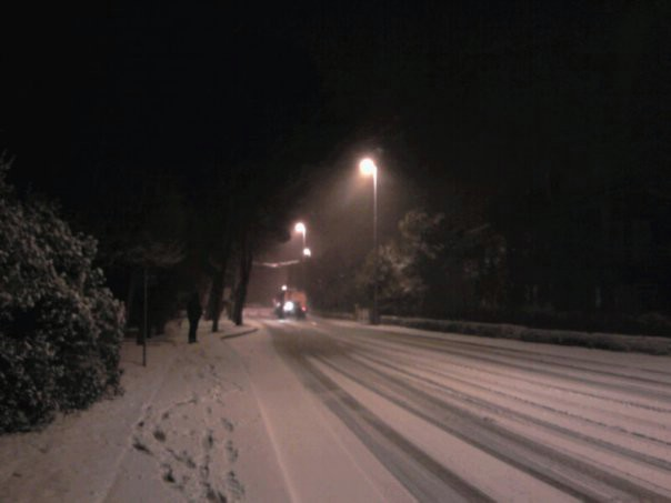 Snijeg nošen jakom burom ponovno zabijelio Labinštinu (VIDEO)