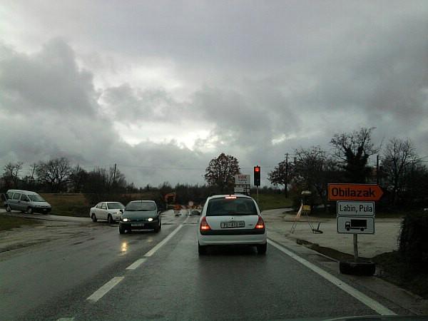 Oprez u prometu: Ulaz u Labin reguliraju semafori / izbjegavajte ovu dionicu prometnice D66 ukoliko ste samo u tranzitu